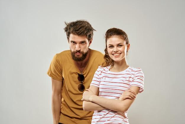 Junges paar, das romantiklebensstilmode spaßlichtwand sozialisiert