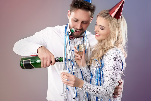 Junges paar, das silvester feiert