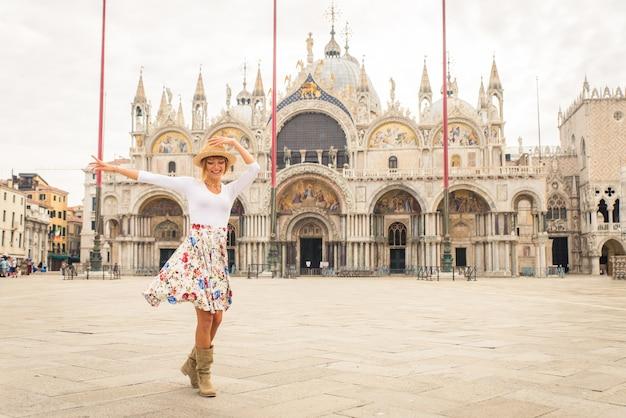 Junges paar, das spaß hat, während es venedig besucht - touristen, die in italien reisen und die wichtigsten sehenswürdigkeiten von venezia besichtigen - konzepte über lebensstil, reisen, tourismus