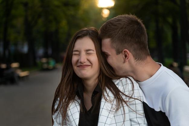 Junges paar, das spaß im park hat. liebhaber lachen. liebe zärtlichkeit.