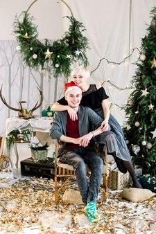 Junges paar, das weihnachten zu hause feiert
