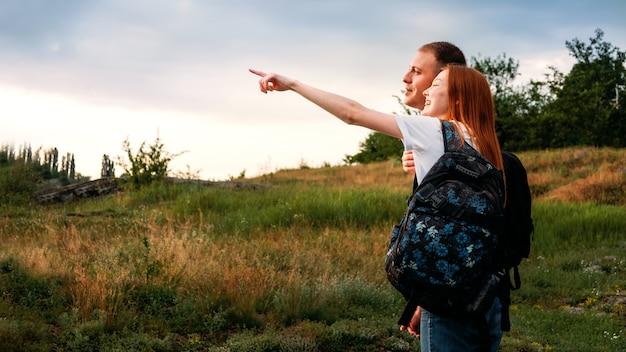 Junges paar, das zum wandern geht, in der natur spazieren geht.