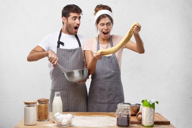 Junges paar, das zusammen kocht