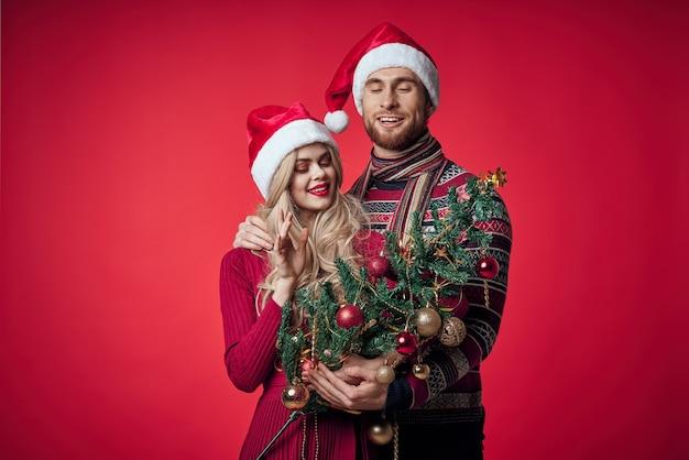 Junges paar der familie in der kleidung des neuen jahres zusammen romantik weihnachten