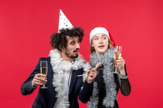 Junges paar der vorderansicht, das neues jahr auf weihnachtsfeier des roten bodenfeiertags feiert