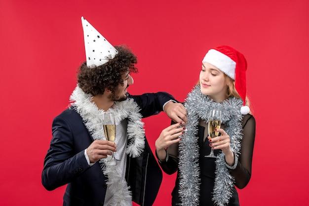 Junges paar feiert gerade neujahrsparty weihnachtsliebe