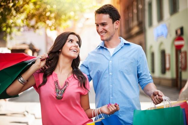 Junges paar genießt das gemeinsame einkaufen