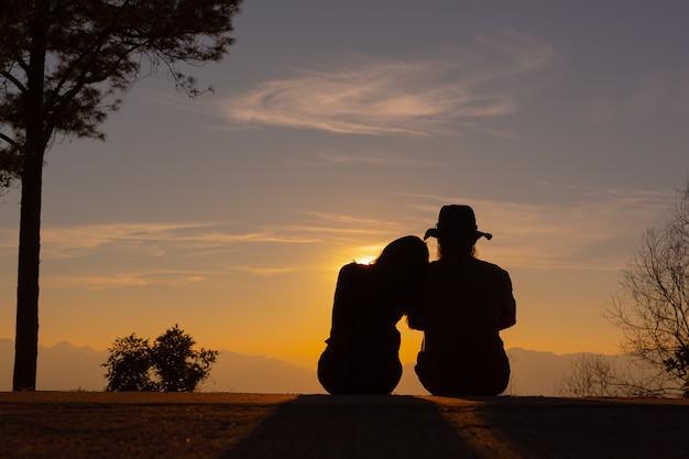 Junges paar genießt den sonnenuntergang im berg