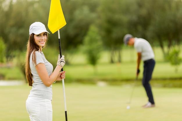 Junges paar, golf zu spielen