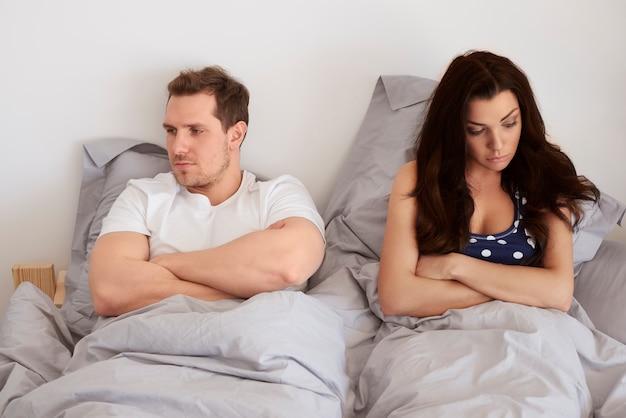 Junges paar hat sexuelle probleme im bett