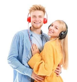 Junges paar hört musik auf weißem hintergrund