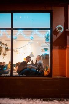 Junges paar im café mit stilvollem interieur