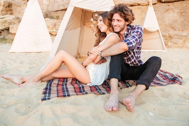 Junges paar im tipi am strand