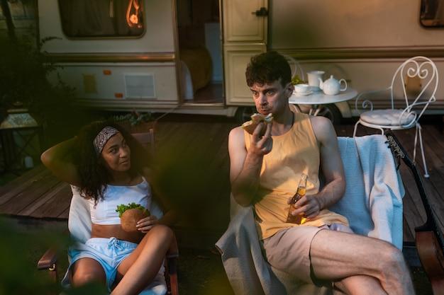 Junges paar im urlaub mit dem wohnmobil reisen mit dem autocaravan