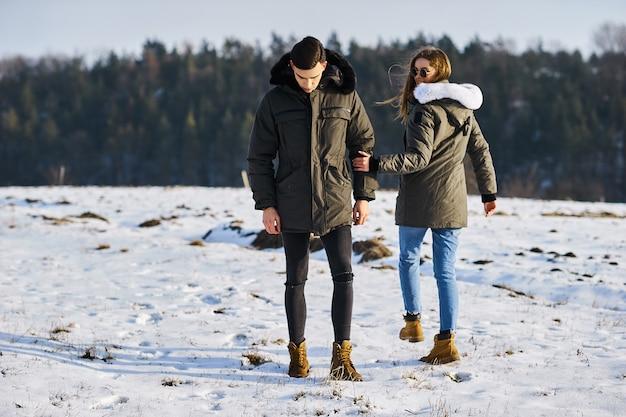 Junges paar im winter im freien