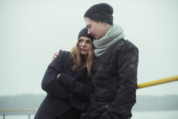 Junges paar im winter