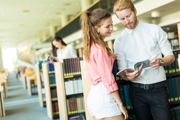 Junges paar in der bibliothek