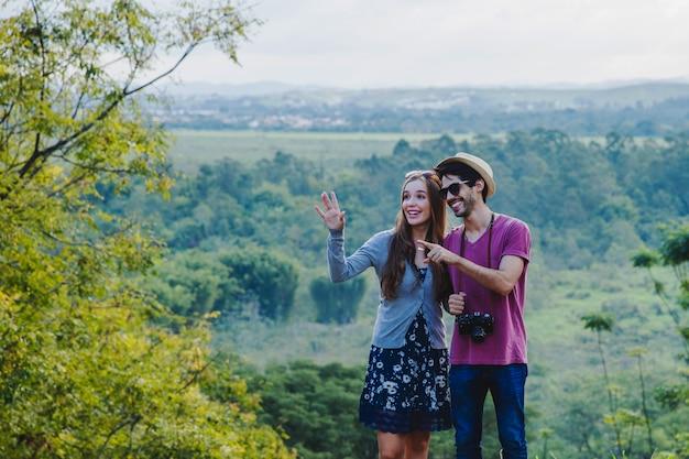 Junges paar in der landschaft