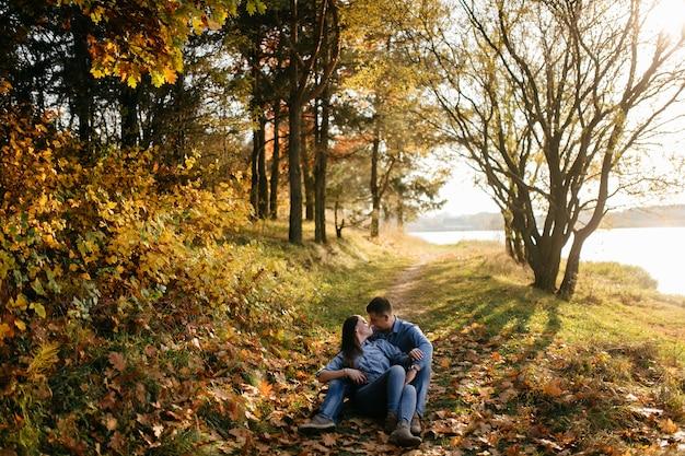 Junges paar in der liebe. eine liebesgeschichte im herbst forest park