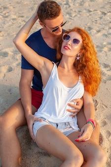Junges paar in der liebe glücklich am sommerstrand zusammen mit spaß