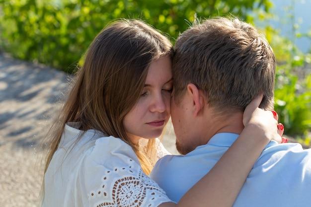 Junges paar in der liebe im freien. atemberaubendes sinnliches porträt im freien des jungen stilvollen modepaares