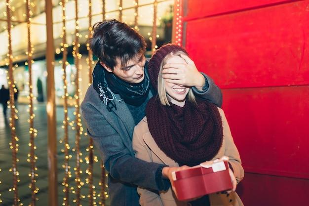 Junges paar in der weihnachtszeit