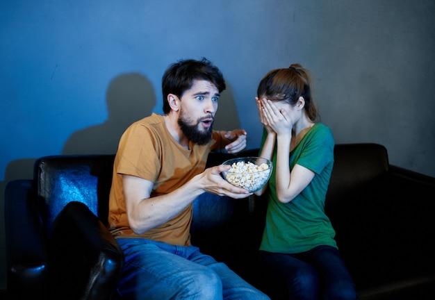 Junges paar in ihrer neuen wohnung filme schauen
