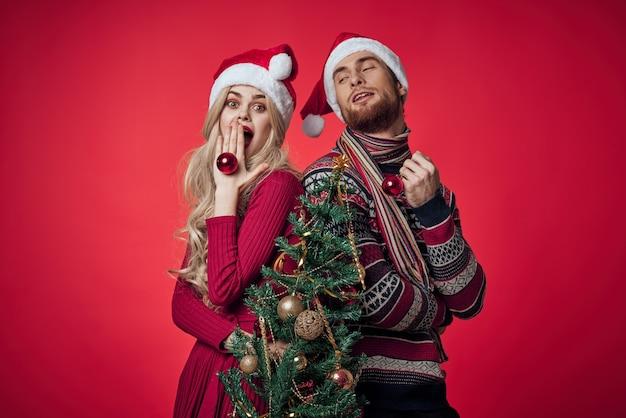 Junges paar in kleidung des neuen jahres zusammen feiertagsgefühle frohe weihnachten