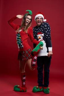 Junges paar in lustigen weihnachtskleidern
