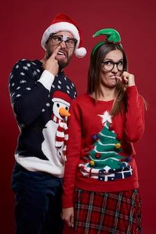 Junges paar in seltsamen weihnachtskleidern