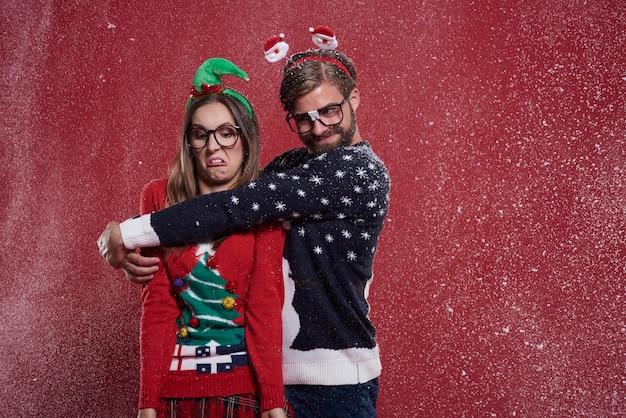 Junges paar in seltsamen weihnachtskleidern Kostenlose Fotos