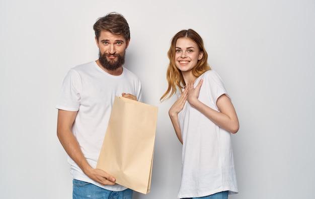 Junges paar in weißen t-shirts mit freundschaftspaket