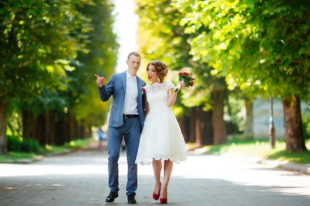 Junges paar, kürzlich verheiratet, händchen haltend