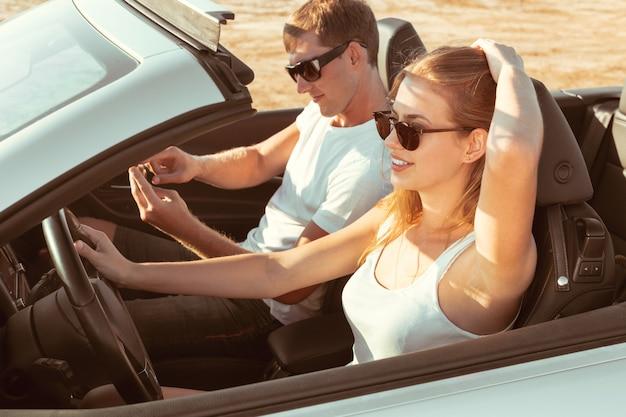 Junges paar mit dem auto anreisen