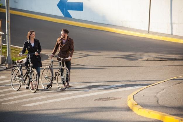 Junges paar mit dem fahrrad gegenüber der stadt