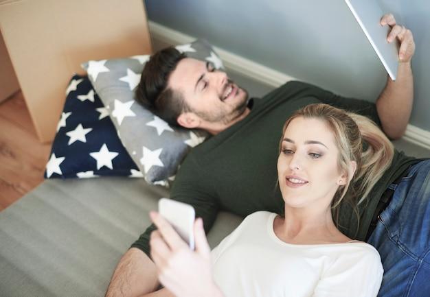 Junges paar mit digitalem tablet und smartphone
