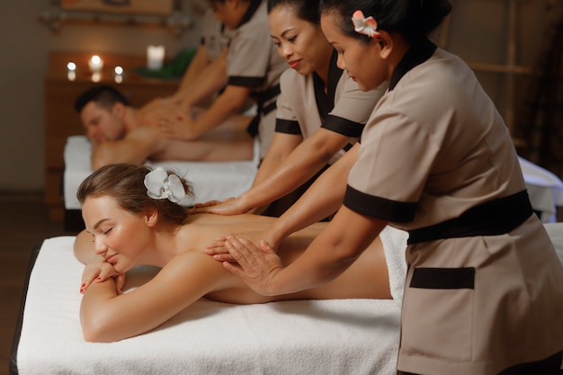 Junges paar mit einer professionellen massage