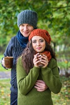 Junges paar mit einer tasse kaffee