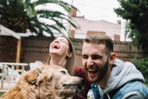 Junges paar mit niedlichen hund