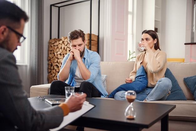 Junges paar mit problem am empfang für familienpsychologen.