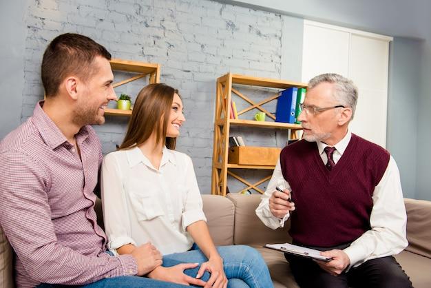 Junges paar mit problem am empfang für familienpsychologen