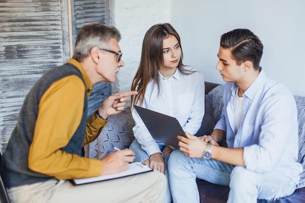 Junges paar mit problem an der rezeption für familienpsychologe