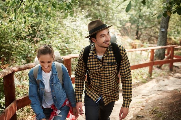 Junges paar mit rucksäcken wandern