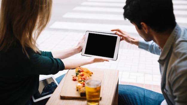 Junges paar mit tablet im café