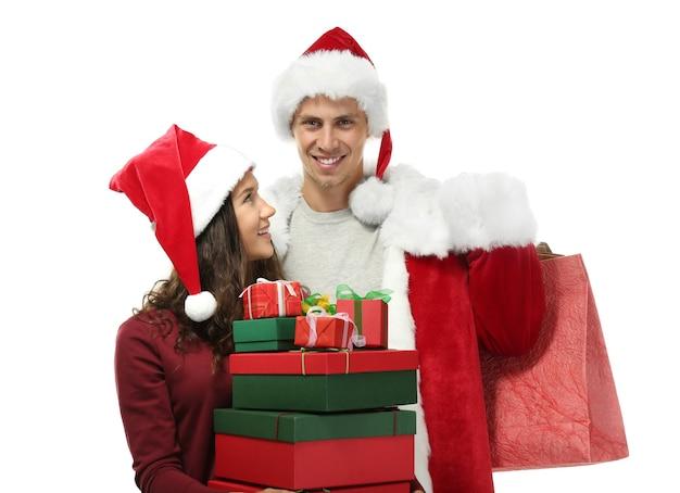 Junges paar mit weihnachtseinkäufen