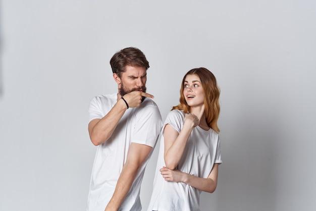 Junges paar mode weißes t-shirt mocap werbung
