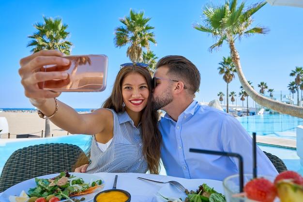 Junges paar selfie smartphone foto