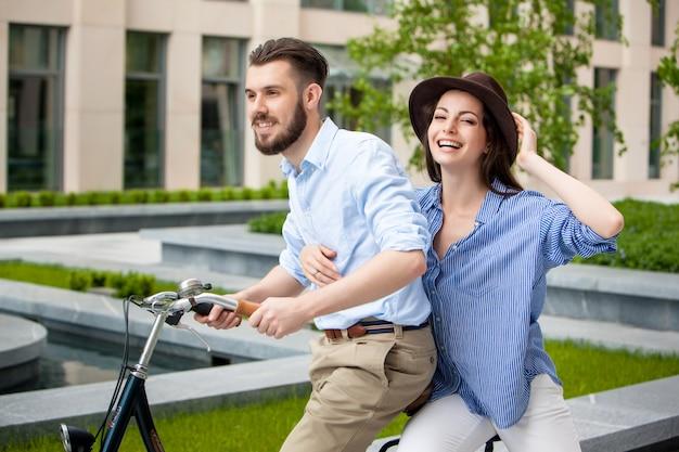 Junges paar sitzt auf einem fahrrad