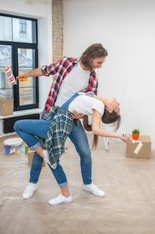 Junges paar tanzt in ihrem neuen haus