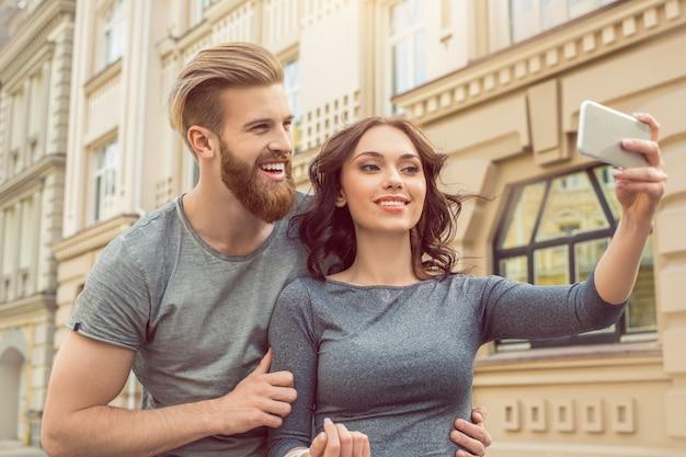 Junges paar touristen stadt spaziergang zusammen urlaub